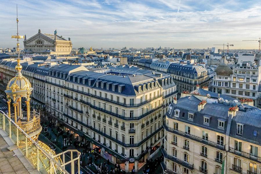 Uitzicht over Parijs en de Opéra vanaf het dakterras van het Galeries Lafayette.