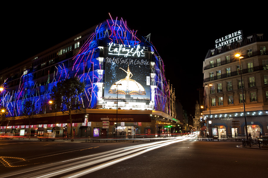 Galeries Lafayette Parijs 's avonds verlicht