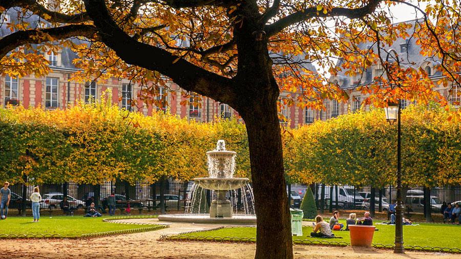 Herfst in het Place des Vosges Parijs