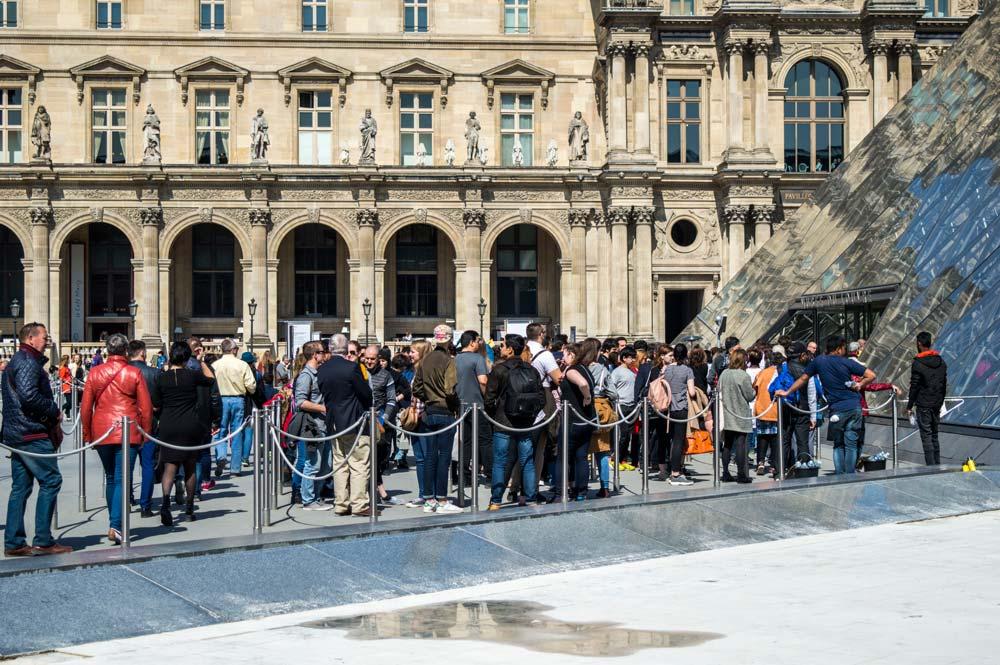 Wachtrij bij het Louvre