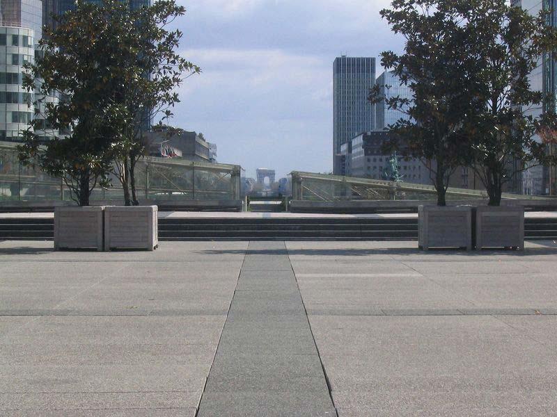 Dak van het La Défense metrostation met op de achtergrond de Arc de Triomphe.