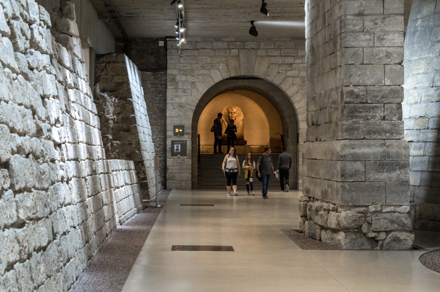 Louvre museum tentoonstelling Middeleeuws Louvre in de Sully vleugel