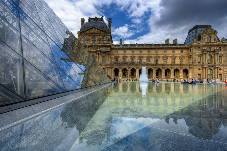 Piramide Louvre Museum Parijs