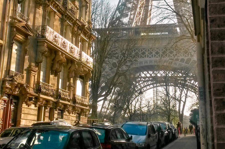 De Eiffeltoren vanaf Rue de l'Université.