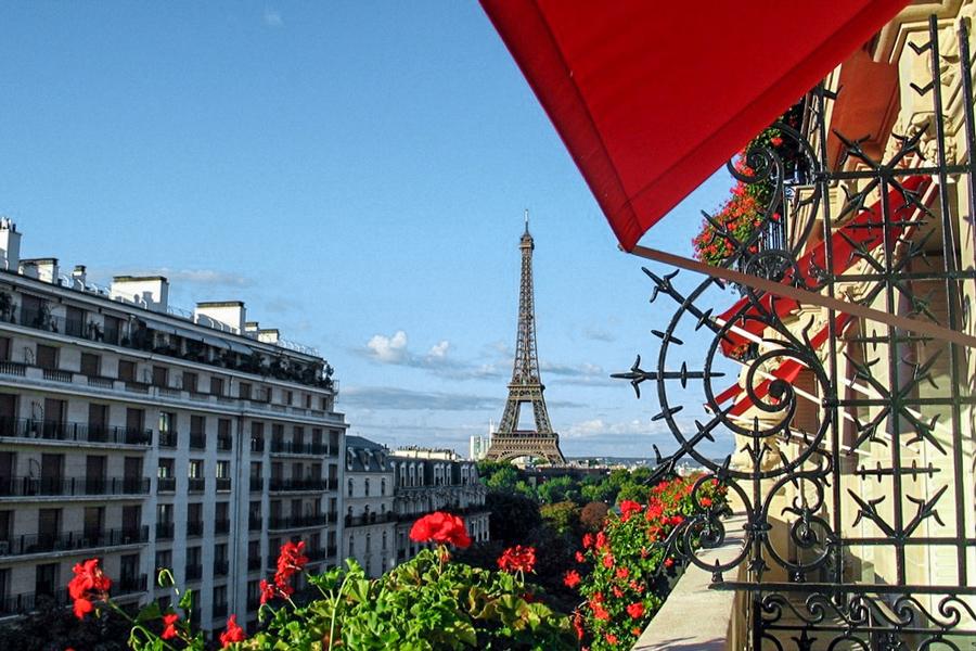 Uitzicht op de Eiffeltoren vanuit het Hotel Plaza Athenée