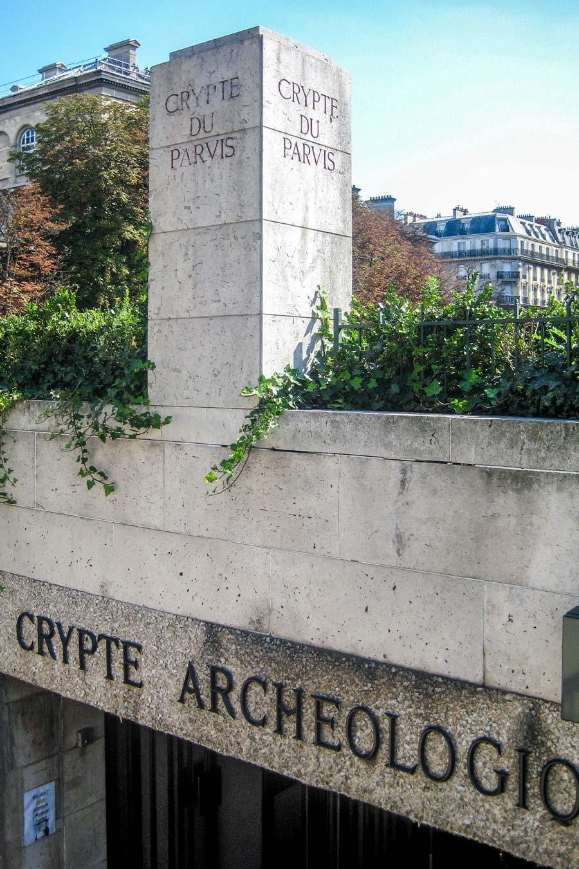 Ingang van de crypte van de Notre Dame