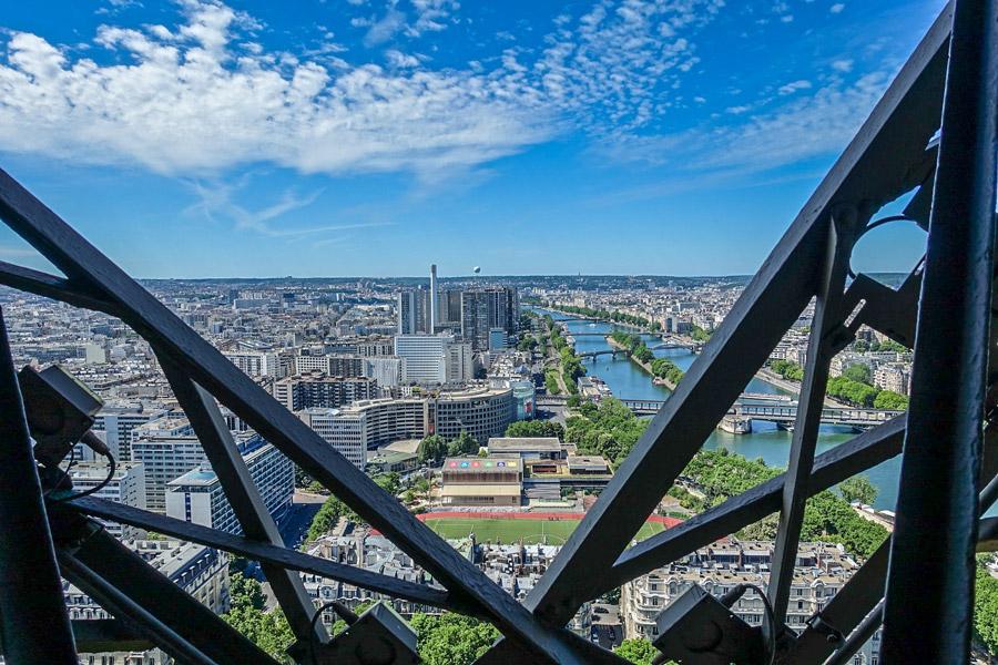 Uitzicht vanaf de trap waarmee je de Eiffeltoren beklimt!