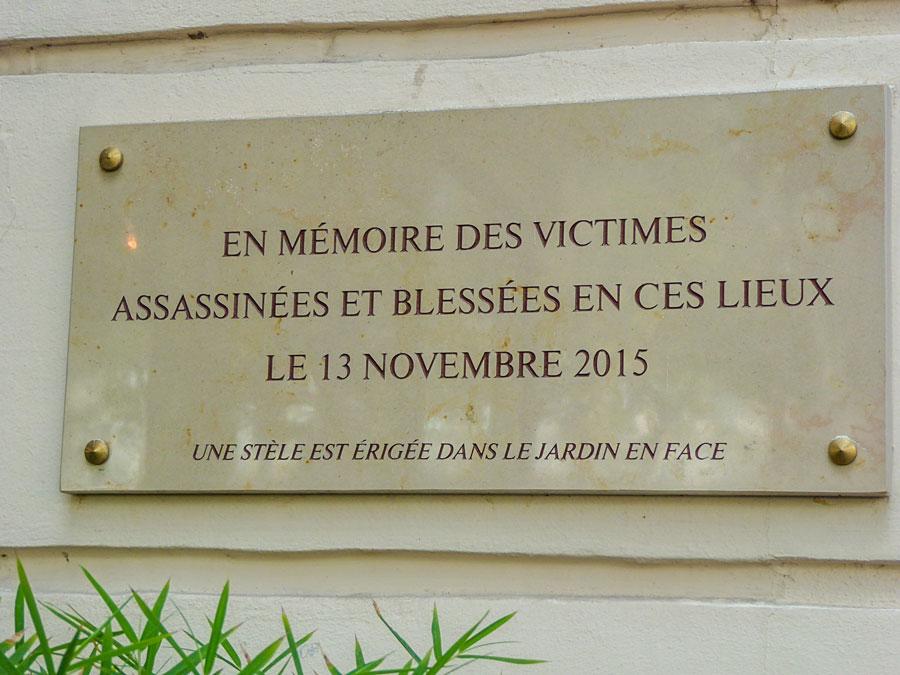 Plakkaat ter herinnering van de slachtoffers die vielen in het Bataclan theater tijdens de terroristische aanslagen in 2015